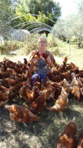 Estelle au milieu des poules